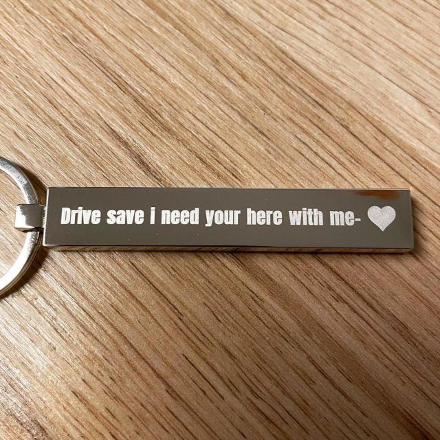Schlüsselanhänger mit Wunschgravur selbst gestalten.  #wunschgravur #gravur #lasergravur #schlüsselanhänger #keychain #geschenk #geschenkideen #drivesafe #autofahren #schutzengel @lasertexx